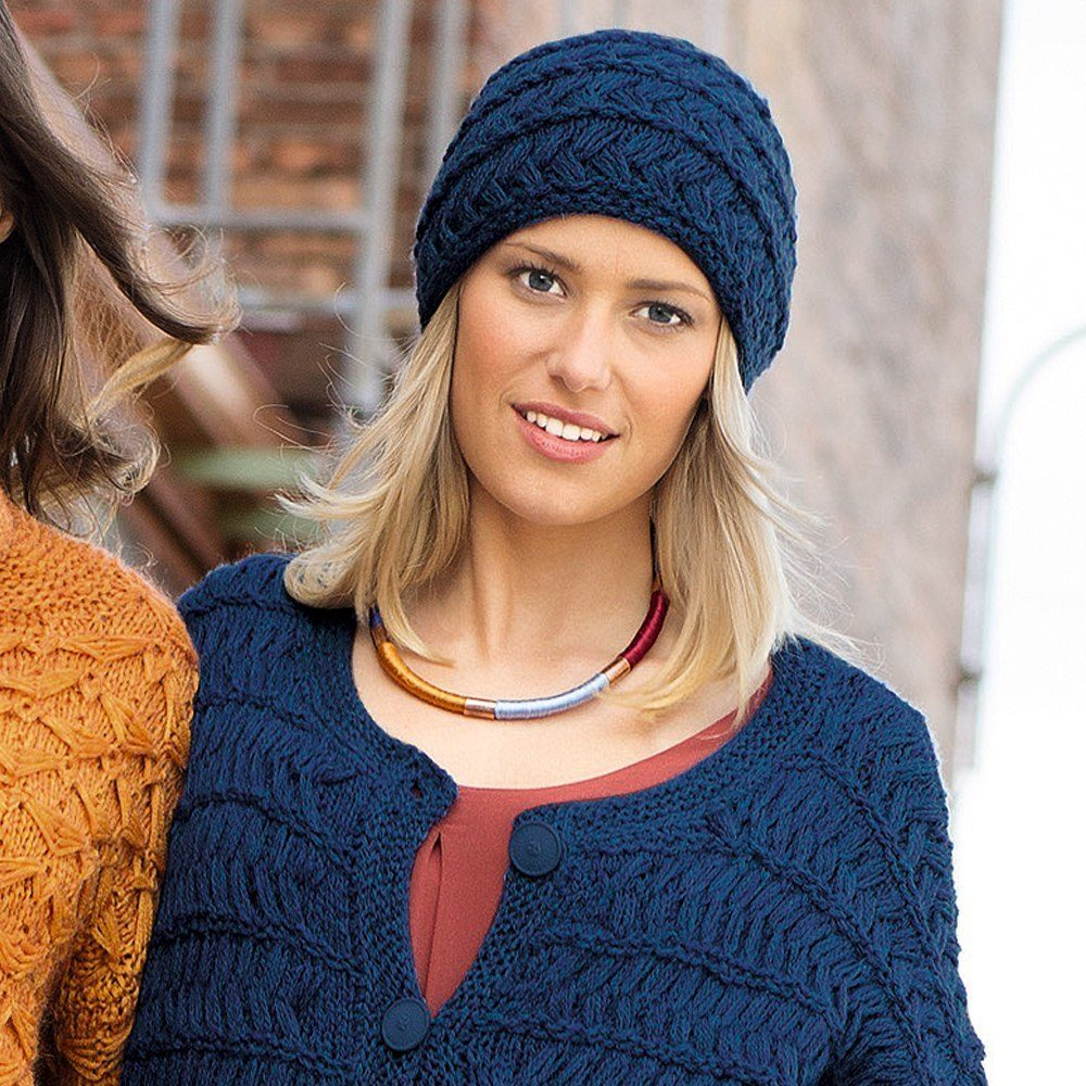 Синяя шапка с узором из протянутых петель (Вязание спицами)