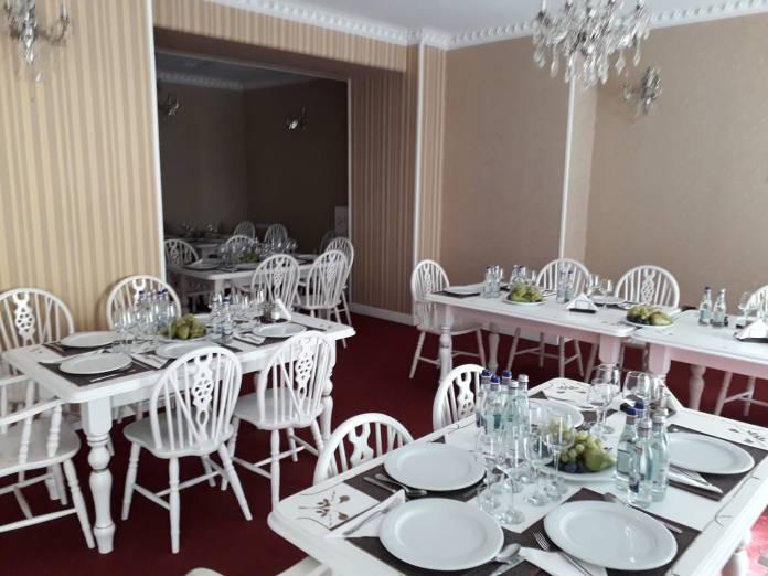 """Interioriul restaurantului unde echipa de la Arhi San Lazarus își invită clienții pentru """"a servi meniul zilei sau pentru a da curs organizării unor evenimente"""""""