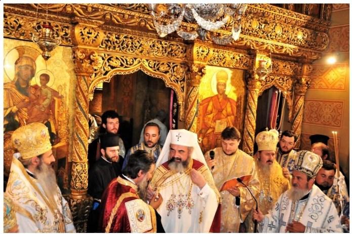 Imagine de la slujba de întronizare a arhereului Irineu Popa ca Mitropolit al Olteniei (sursa: Patriarhia Română)