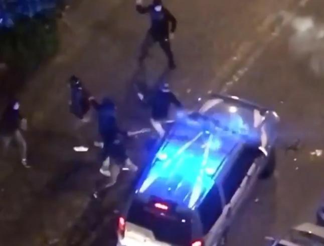 Mașină a poliției italiene, atacată de către manifestanții furioși