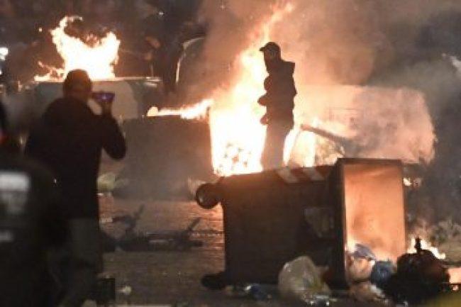 Foc și violențe la Napoli