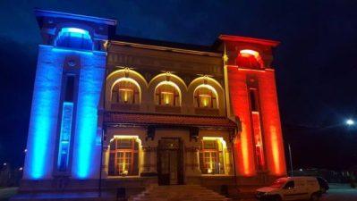 Lumini multicolore îmbracă noaptea fațada Palatului Cultural din Lupeni