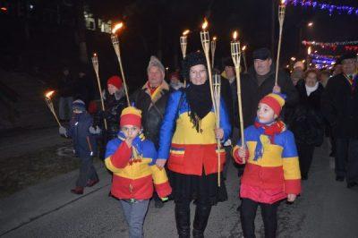 Vulcănenii au marcat 161 de ani de la Unirea Principatelor Române defilând cu făclii aprinse în centrul orașului
