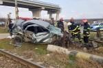 Tecuci: Autoturism care nu a respectat semnalele acustice şi luminoase lovit în plin de un tren