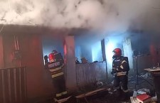 Casă din Alexandria, cuprinsă de flăcări/ Proprietarul a ajuns la spital cu arsuri la nivelul feței