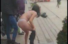 Cele două fete umilite, după ce una dintre ele a încercat să fure blugi dintr-un magazin, sunt minore