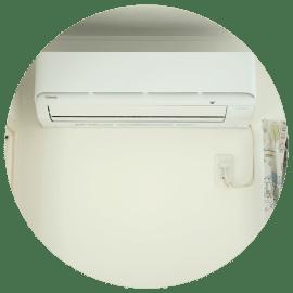 エアコンの室外機を屋根(下屋)に設置。状況次第ではあまり気にならない。