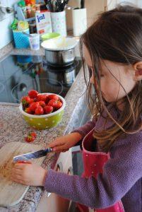 A Erdbeeren klein schneiden