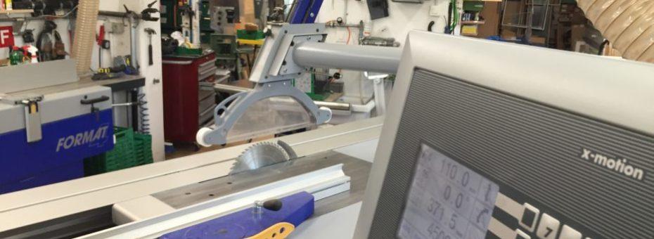 Kreissäge mit Blick in den hinteren Teil der Werkstatt