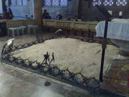 Bazylika Agonii Jezusa. Wewnątrz najważniejsze są 3 miejsca: skała Jezusa (na zdj.), skała snu Apostołów (w prawym murze świątyni), oraz osadzone pod szkłem starożytne mozaiki