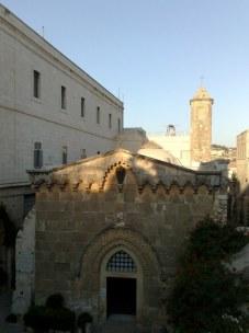 Kaplica ubiczowania i cierniem ukoronowania. Drogę krzyżową rozpoczyna się z budynku szkoły muzułmańskiej, znajdującej się na przeciwnej stronie drogi, przylegającej do wzgórza świątynnego.