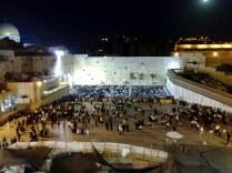 Ściana Płaczu to miejsce traktowane jako synagoga na wolnym powietrzu. Choć sam mur nie jest dla żydów świętym (zbudowany jest przecież przez Heroda Wielkiego), to jednak świątynia była właśnie najbliżej niego!
