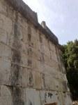 Tylna ściana synagogi, do której przylegały schody prowadzące na piętro, na część dla kobiet.