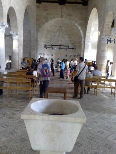Tabga. Sanktuarium Rozmnożenia Chleba. Pod ołtarzem znajduje się kamień na którym miał zostać dokonany cud.