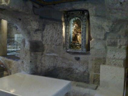 Grota mleczna. Wg tradycji tam Maryja miała karmić swym mlekiem Jezusa. Kiedy upuściła kroplę mleka, skała miała zmienić swój kolor na biały.