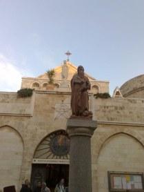 Przed kościołem znajduje się krużganek św. Hieronima, który właśnie w Betlejem dokonał tłumaczenia Pisam św. na jęz. łaciński. Tłumaczenie to stało się oficjalnym przekładem Kościoła rzymskiego na długie wieki.