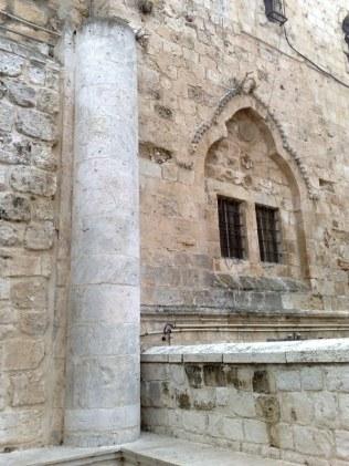 Wejście do Wieczernika zdradza, iż pierwotnie znajdował się tu znacznie większy kościół, w ramach którego był osadzony również Wieczernik.