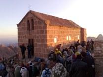 Na szczycie jednej z gór w paśmie gór Synaju znajduje się prawosławna kaplica Mojżesza, na którą co noc wspinają się tłumy pielgrzymów, by podziwiając wschód słońca przypomnieć sobie o przykazaniach.
