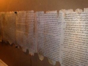 Zwój księgi Izajasza, który został odnaleziony w całości, został przetransportowany do Muzeum Izraela w Jerozolimie, ale w Qumran można spotkać inne oryginały lub kopie tekstów qumrańskich.