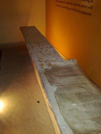 Stół? Może biurko, które zostało odnalezione w miejscowości pod grotami. Ciekawostka: w samej miejscowości nie odnaleziono żadnego tekstu, nawet niedokończonego. Dlaczego?