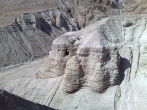 W pobliżu Morza Martwego w 1947 r. jeden z beduinów odnalazł gliniane dzbany, w których znajdowały się zwoje pergaminów z tekstem hebrajskim. Tak zrodziły się intrygujące do dziś znaleziska w Qumran.