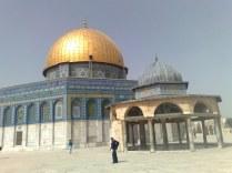 """Meczet skały (wg trad. wybudowany nad wzgórzem Moria - miejscem ofiary Abrahama) lub ze złota (mylnie czasem nazywany Omara) i obok niego miejsce, które przez tradycję muzułmańską określane jest jako """"Wniebowstąpienie Mohammeda"""""""