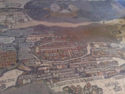 Na zdjęciu znajduje się fragment mapy przedstawiającej u góry jezioro Genezaret, zaś pod nim piękny plan miasta Jerozolimy.