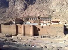 Klasztor św. Katarzyny na Synaju swój kształt fortecy zawdzięcza cesarzowi Justynianowi (VI), który chcąc chronić mnichów przed atakami beduińskimi nakazał budowę 15 metrowych murów obronnych.