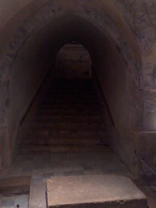 Schody prowadzące do kaplicy na dole, zawierającej czczone źródło wody...
