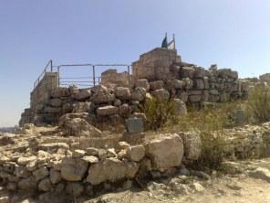 Niedaleko oddalone ruiny zamku Krzyżowców...