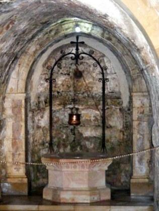 W kościele dolnym znajduje się źródło