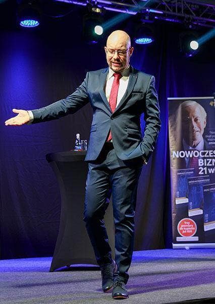Jerzy Zientkowski na scenie podczas przemówienia