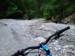Tukaj se že vidi izhod, na desni pri skali se začne pot ven