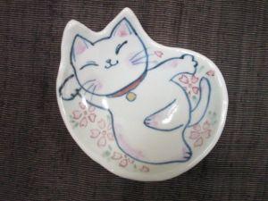 【写真】風花の猫小皿(桜)[ギャラリー「散歩道」にて撮影]