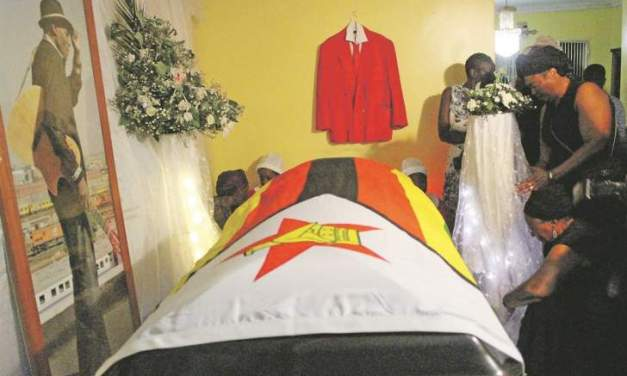 Parlours tussle over Tuku's body