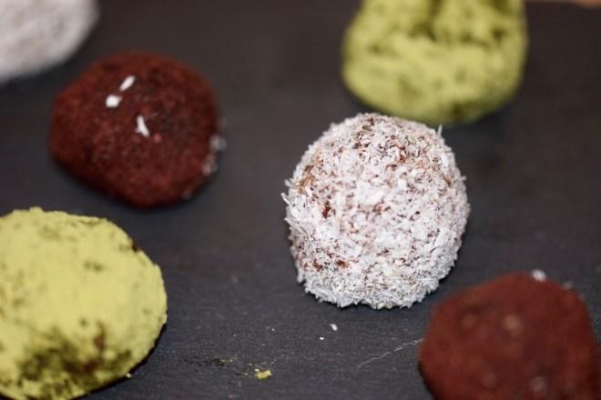 Glücksbällchen - Bliss Balls - vegan - mit Datteln - gesund - Weihnachten - Rezept - einfach - Müsli Balls -schnell