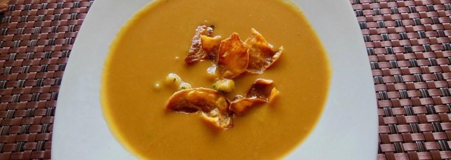 SÜßKARTOFFELSUPPE MIT AVOCADO-GARNELEN-CREME - Diese #Süßkartoffelsuppe hat als Einlage eine leckere Avocado-Garnelen-Creme. Die #Suppe ist #schnellundleicht zu #kochen. Das Rezept ist #milchfrei und eignet sich für eine #cleaneating Ernährung.
