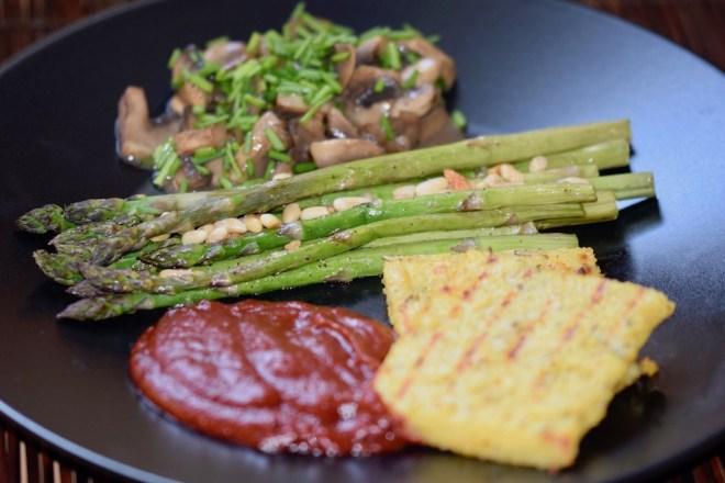 Rezepte: Hauptgerichte: Spargel aus dem Ofen mit sommerlichen Pilzragout, einer fruchtigen Tomatesauce und knuspriger Polenta