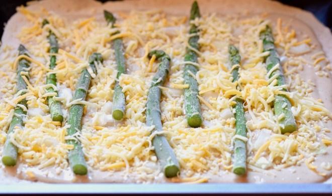 Rezepte: Hauptgerichte: Pizza Bianca mit Spargel und Käse - ungebacken