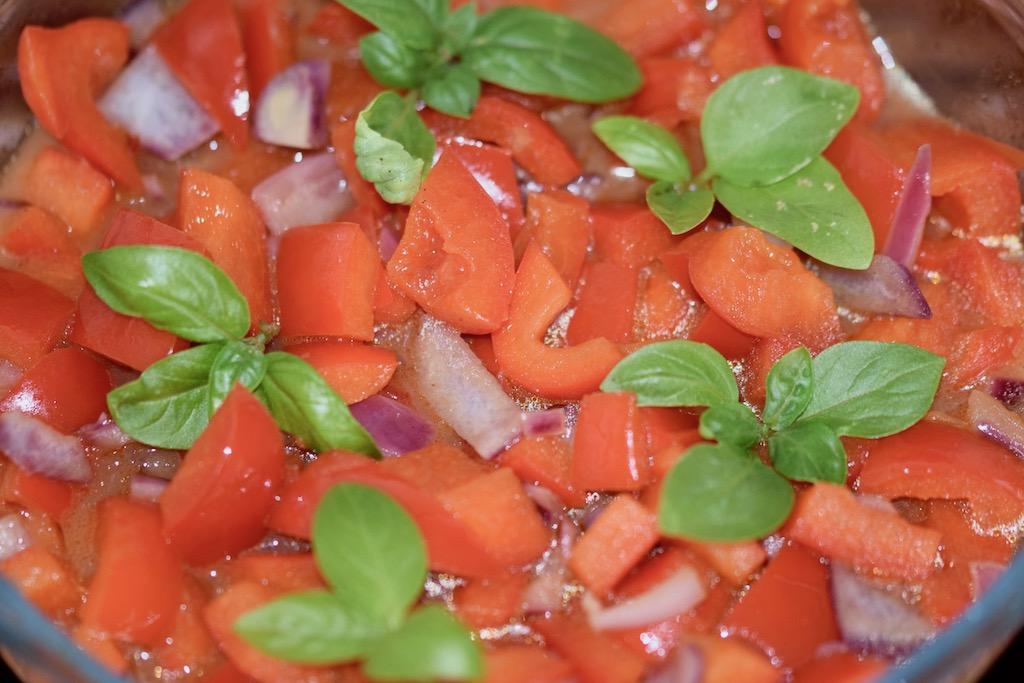 Rezepte: Beilagen: Paprikagemüse mit Kurkuma aus der Mikrowelle mit Basilikum garniert