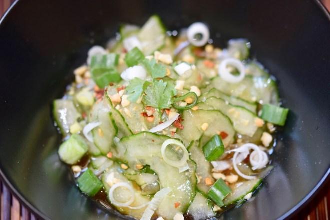 Rezepte: Salate & Dressings: Thai-Gurkensalat in schwarzer Schüssel