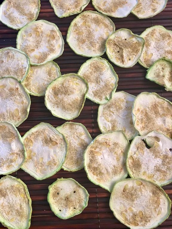 Rezepte: Kleinigkeiten: Zucchini-Rosmarin-Chips aus dem Ofen oder Dörrgerät liegen einzeln