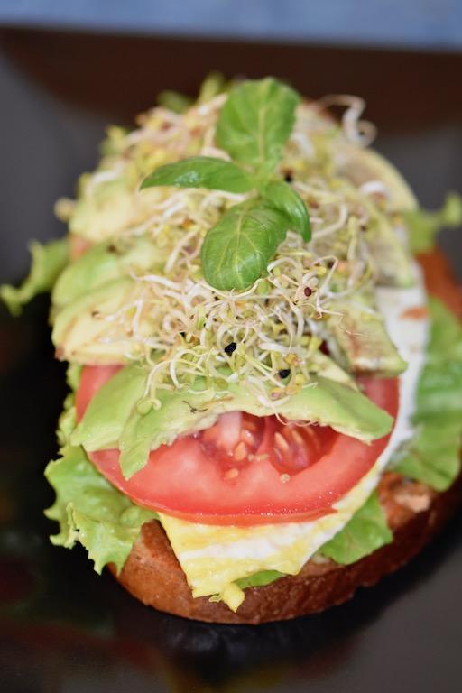 Muhammara - Sandwich - Avocado - Ei - einfach - kalt - warm - vegetarisch - Rezept - Spiegelei - gesund
