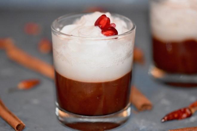 Vilnius-Kaffe flüssiges Schokoladen-Dessert mit Kokossahne - in der Tasse - im Glas - Rezept - Dessert - Schokolade - flüssige Schokolade - Kokssahne - vegan - glutenfrei - einfach - Nachspeise - Nachtisch - vegane Sahne