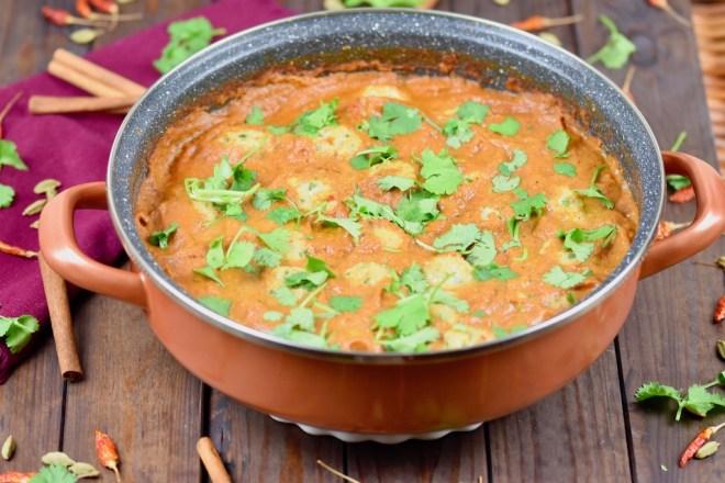 indisches Tomaten-Curry mit Kichererbsenbällchen - indisches Tomaten-Curry - indisches Curry - Kichererbsenbällchen - Sauce - Rezept - vegan - glutenfrei - einfach - Curry - Kichererbsen - gesund - Tomaten-Curry