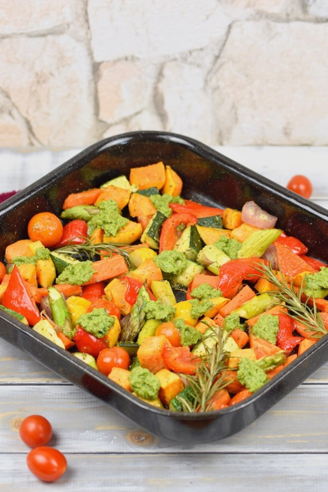 buntes Ofengemüse mit Rucola-Pesto - Ofengemüse - Rucola-Pesto - Pesto - Gemüse - Rezept - glutenfrei - vegan - Clean Eating - mediterran - Süßkartoffeln - vom Blech - Beilage - gesund