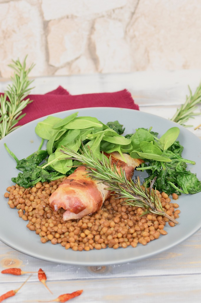 Kabeljaufilets im Pancettamantel mit Blattspinat - Kablejaufilets - Pancetta - knusprig - Rezept - glutenfrei - milchfrei - Jamie Oliver - mit Spinat - Pfanne - schnell - gesund - Low Carb - Fisch