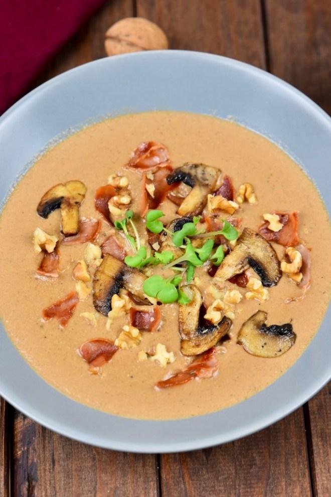 cremige Pilzsuppe mit Walnüssen und Sherry - Pilzsuppe - Rezept - vegan - cremig - Champignons - Waldpilze - getrocknete Pilze - Suppe