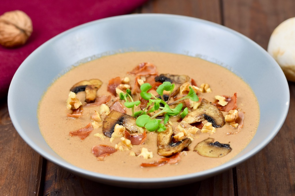 Cremige Pilzsuppe mit Walnüssen und Sherry
