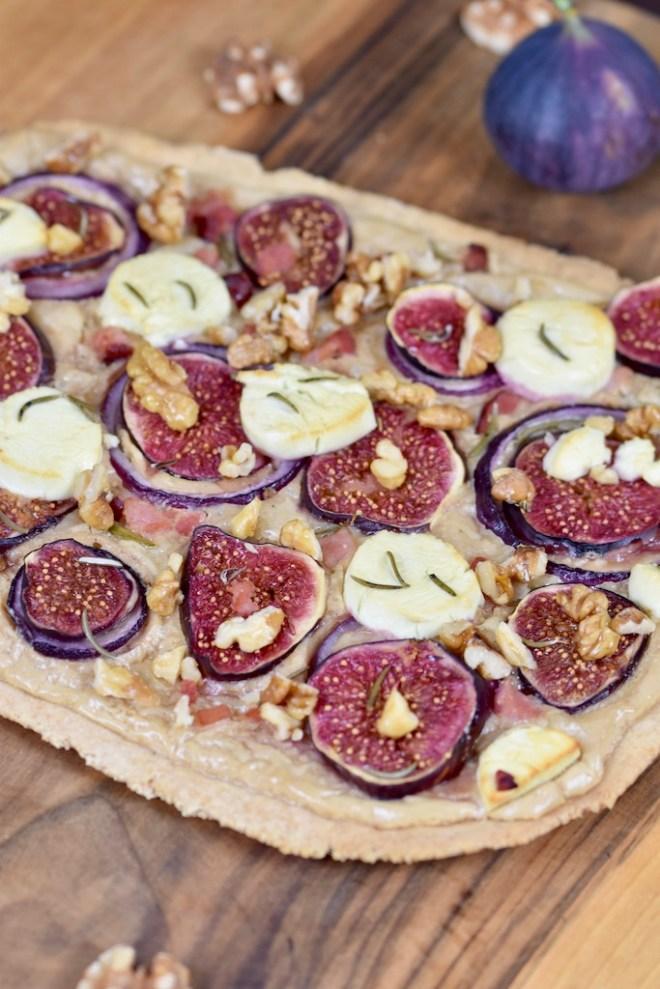 Flammkuchen mit Feigen und Ziegenkäse - Flammkuchen - Rezept - laktosefrei - glutenfrei - Feigen - Ziegenkäse - Rosmarin - Walnüsse - Belag - Teig - mediterran